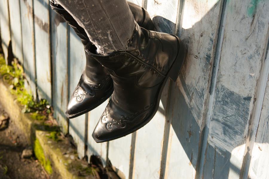 Rebeca Valdivia, asesora de imagen, personal shopper, estilista, stilist, Donostia, San Sebastián, Miss Clov, curls, rizos, cowboy boots, botas cowboy, riped jeans, vaqueros rotos, pitillos, skinning, leather coat, abrigo piel, tachas, tachuelas, t-shirt, camiseta tachas, bolso tachas