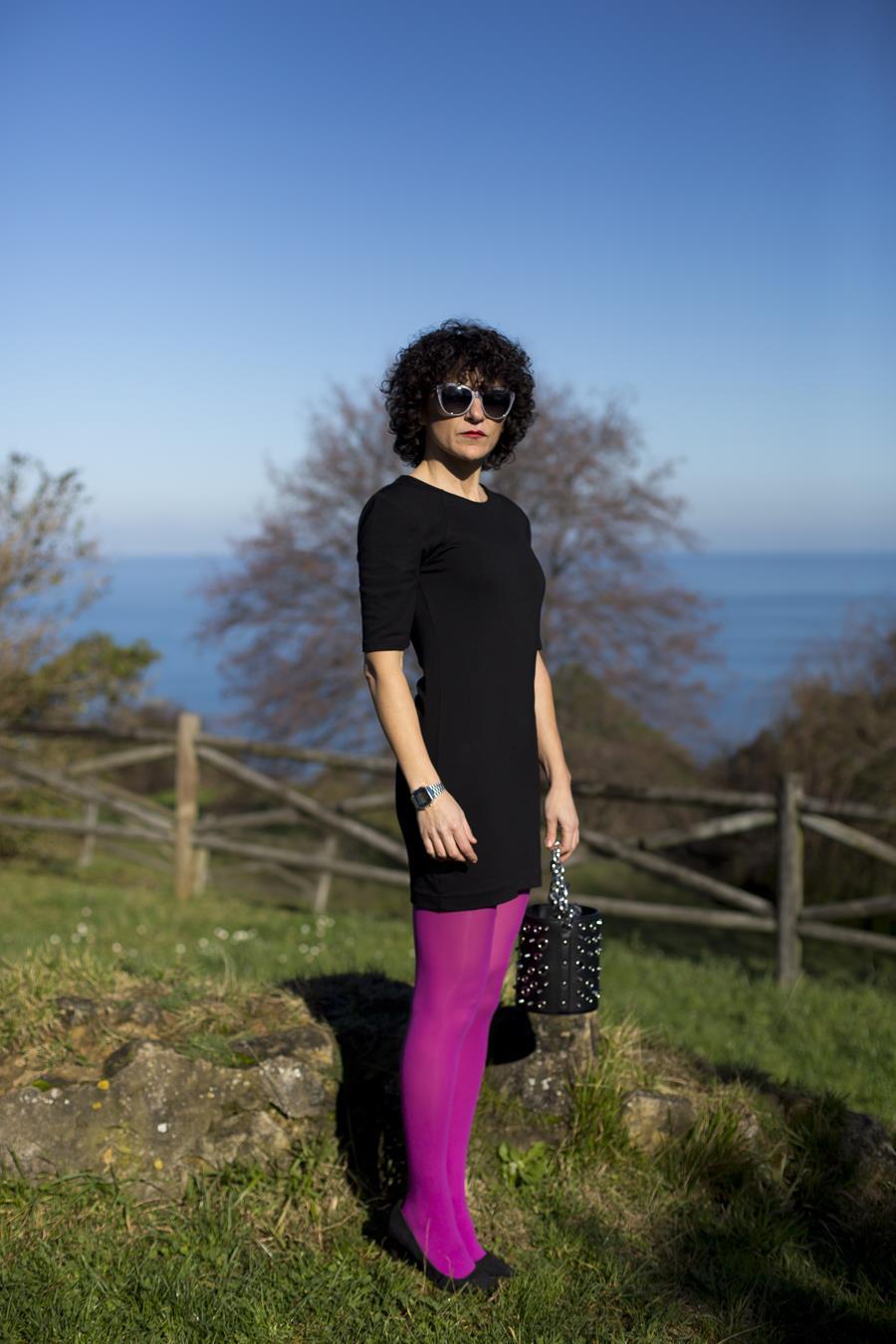 Rebeca Valdivia, asesora de imagen, personal shopper, estilista, stilist, Donostia, San Sebastián, Miss Clov, curls, rizos, black dress, vestido negro, zapatos salón, stilettos, Heel shoes, colour socks, medias de colores, medias rosas, bolso tachuelas, tachas bag, maxi bufanda, maxi pañuelo cuadros, Zumaia