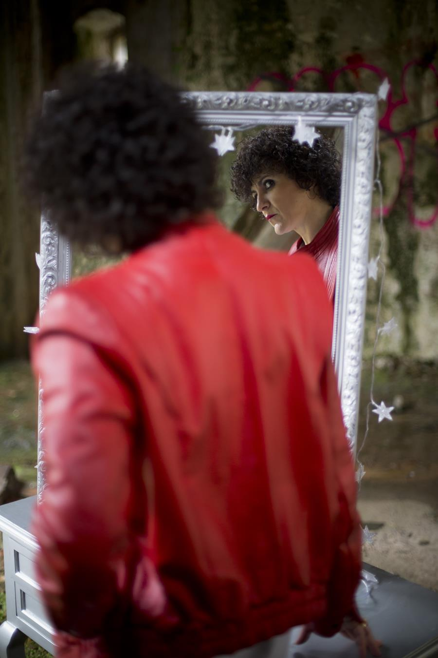 Rebeca Valdivia, asesora de imagen, personal shopper, estilista, stilist, Donostia, San Sebastián, Miss Clov, zapatos salón destalonado, stilettos, Heel shoes, camiseta lecrane, camiseta Michael Jackson, cazadora de cuero, vintage, cazadora Jackson, medias fantasía, soks