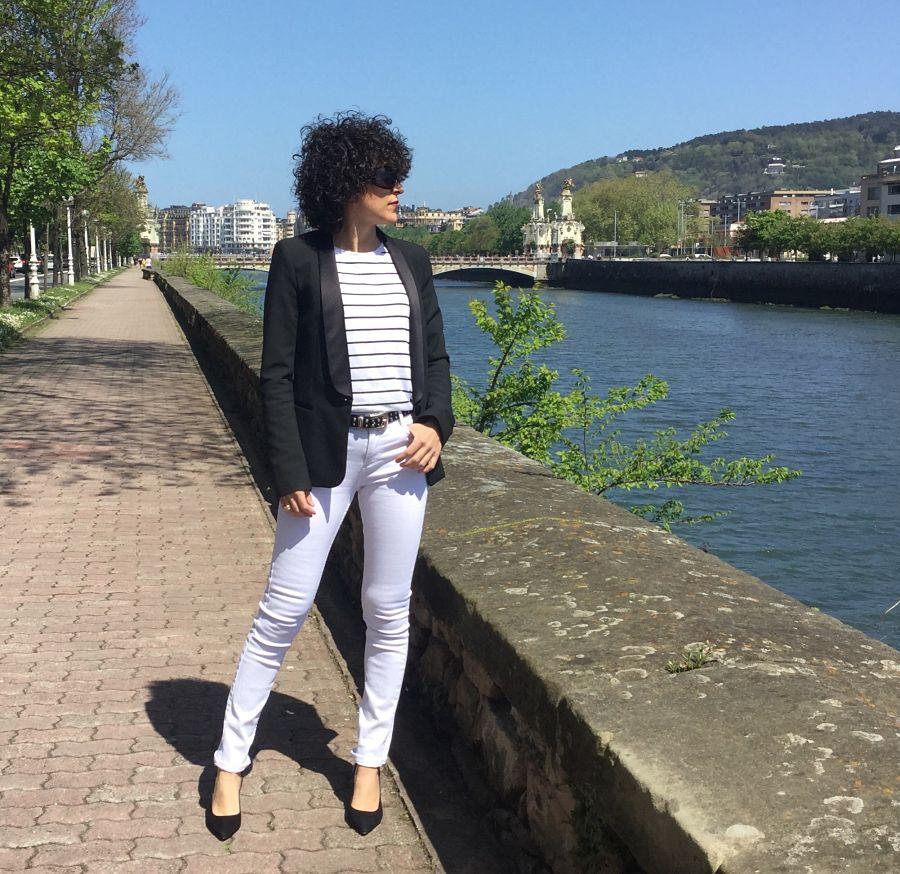 Rebeca Valdivia, asesora de imagen, personal shopper, estilista, stilist, Donostia, San Sebastián, Miss Clov, basicos, basic, blanco y negro, black and white, white jeans, navy, rayas marineras, blazer, americana negra, stilettos, heels, zapato salón