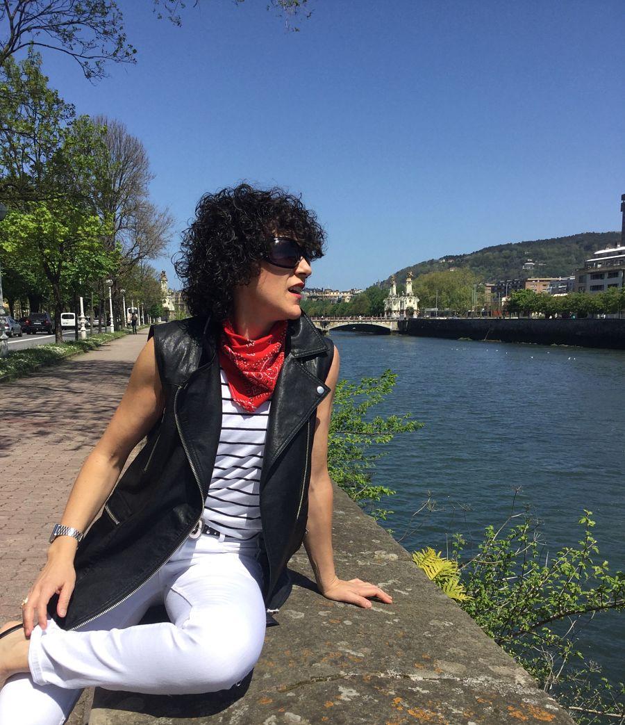 Rebeca Valdivia, asesora de imagen, personal shopper, estilista, stilist, Donostia, San Sebastián, Miss Clov, basicos, basic, blanco y negro, black and white, white jeans, navy, rayas marineras, blazer, americana negra, stilettos, heels, zapato salón, perfecto cuero, vest, chaleco de cuero