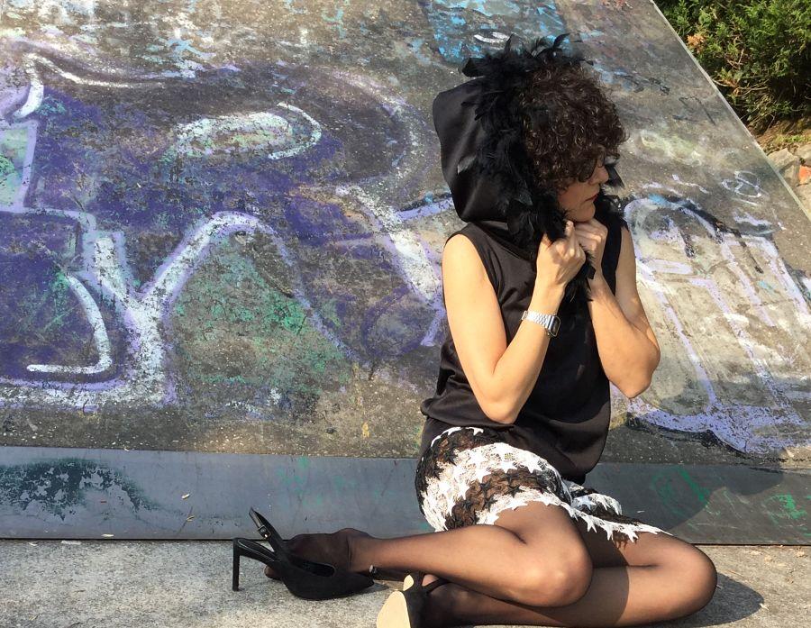 Rebeca Valdivia, asesora de imagen, personal shopper, estilista, stilist, Donostia, San Sebastián, Miss Clov, blanco y negro, black and white, falda de estrellas, stars skirt, guipur, encaje, stilettos, heels, zapato salón, capa, chaleco con capucha, plumas, vest, Fany Alonso, Fanny Alonso Couture