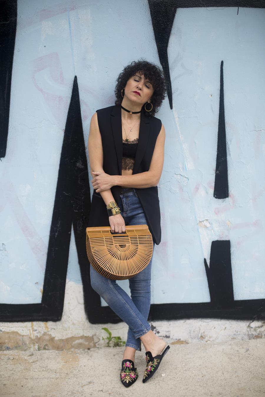 Rebeca Valdivia, asesora de imagen, personal shopper, estilista, stilist, Donostia, San Sebastián, Miss Clov, no es no, chaleco blazer, vest, top, guipur, encaje, choker, pendientes aro, earings, bolso, bamboo, cesta bambú, moules, jeans, skinny, super skinny, curls, rizos, graffiti