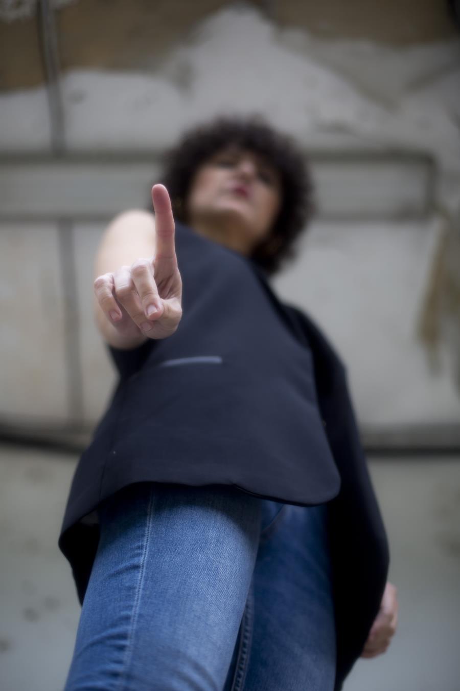 Rebeca Valdivia, asesora de imagen, personal shopper, estilista, stilist, Donostia, San Sebastián, Miss Clov, no es no, chaleco blazer, vest, top, guipur, encaje, choker, pendientes aro, earings, bolso, bamboo, cesta bambú, moules, jeans, skinny, super skinny, curls, rizos