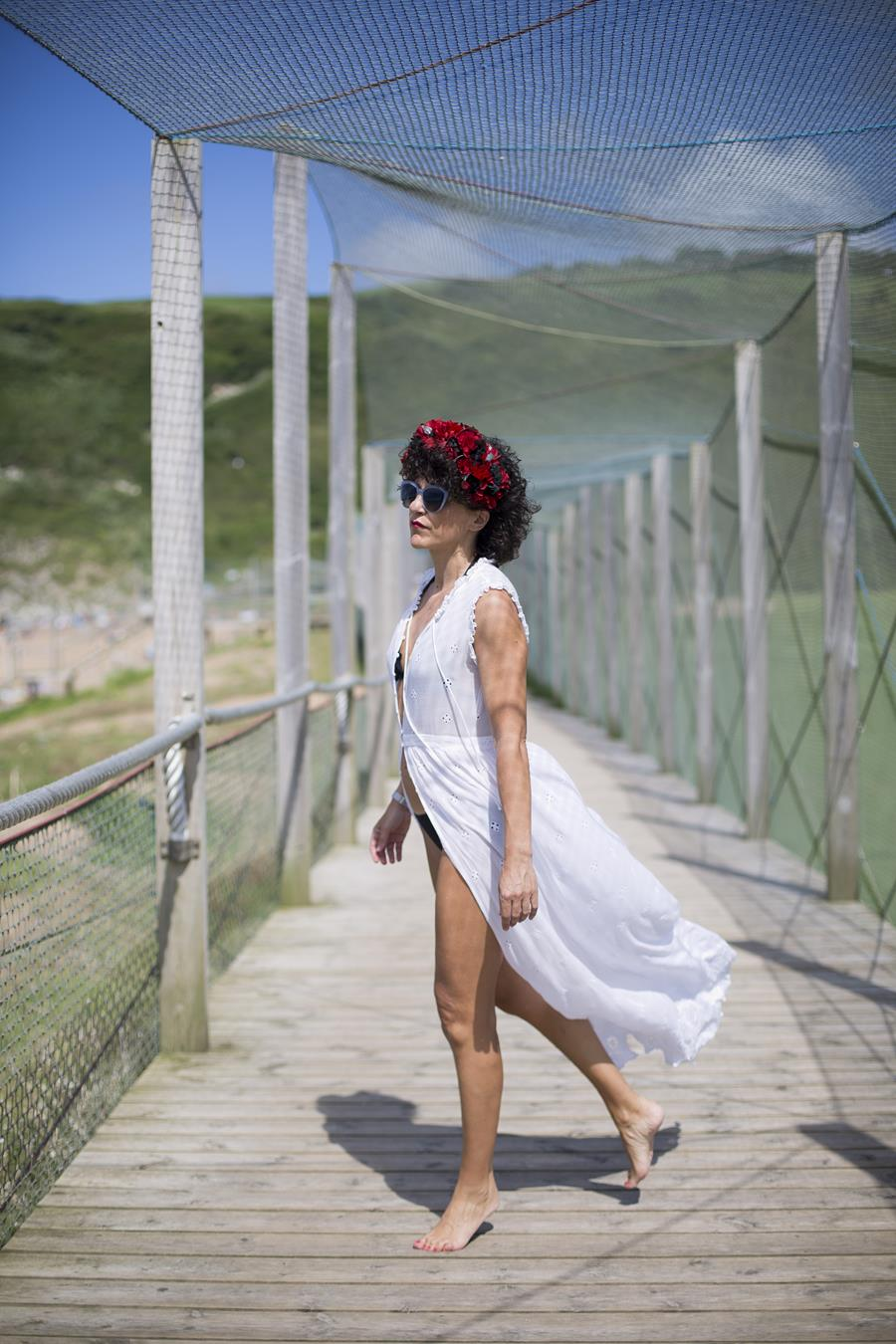 Rebeca Valdivia, asesora de imagen, personal shopper, estilista, stilist, Donostia, San Sebastián, Miss Clov, bikini negro, beach ware, tiara, diadema de flores preservadas, la tiara de maría, artesano, handmade, bolso guipur, vestido blanco, boho, white dress, Zarautz