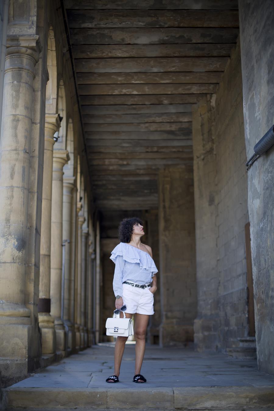 Rebeca Valdivia, asesora de imagen, personal shopper, estilista, stilist, influencer, la blogger indie, Donostia, San Sebastián, Miss Clov, short, short blanco, white short, tachas, tachuelas, chancletas con pelo y tachuelas, sandals, bolso blanco, white bag, blusa de rayas, blusa manga larga y hombro al aire, blouse, striped blouse