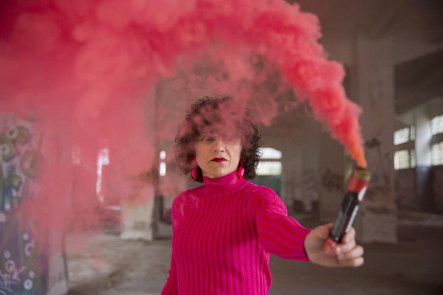 Rebeca Valdivia, asesora de imagen, personal shopper, estilista, stilist, influencer, Donostia, San Sebastián, Miss Clov, la blogger indie, influencer, dress, vestido canalé, rosa, pink, rizos, curls, tomboystyle, graffiti, bengalas de humo, humo de colores