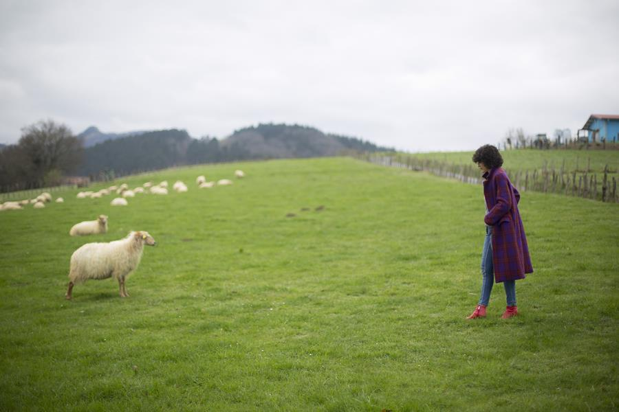 Rebeca Valdivia, asesora de imagen, personal shopper, influencer, Donostia, San Sebastián, Miss Clov, la blogger indie, influencer, Txindoki, jeans, botín rojo, abrigo de cuadros, abrigo de lana, wool coat, ovejas