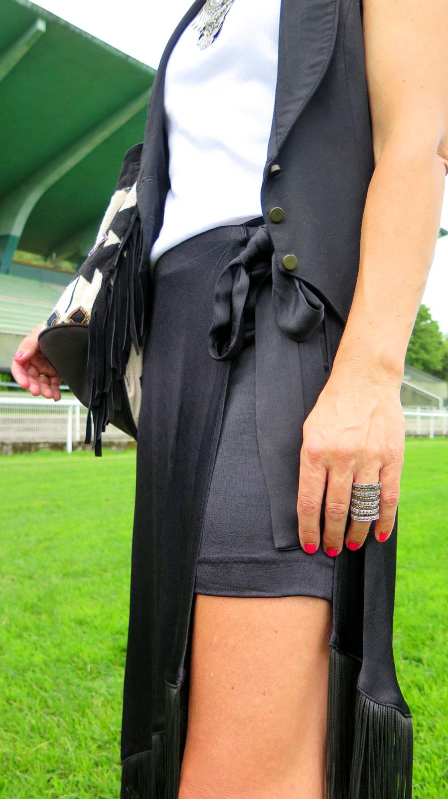 Rebeca Valdivia, asesora de imagen, personal shopper, influencer, Donostia, San Sebastián, Miss Clov, la blogger indie, Lasarte, falda, flechos, skirt, frills, cowboy boots, cowgirl, botas, chaleco, vest, indie, rizos, curls