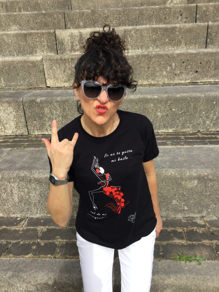 Rebeca Valdivia, asesora de imagen, personal shopper, influencer, Donostia, San Sebastián, Lasarte, Miss Clov, marca, patente, flamenca solidaria, camiseta negra, unisex, camiseta solidaria, donar, igualdad, derechos humanos, Anfiteatro Aiete